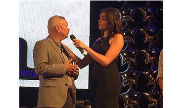 Harley Nascimento recebe troféu de Monica Iozzi