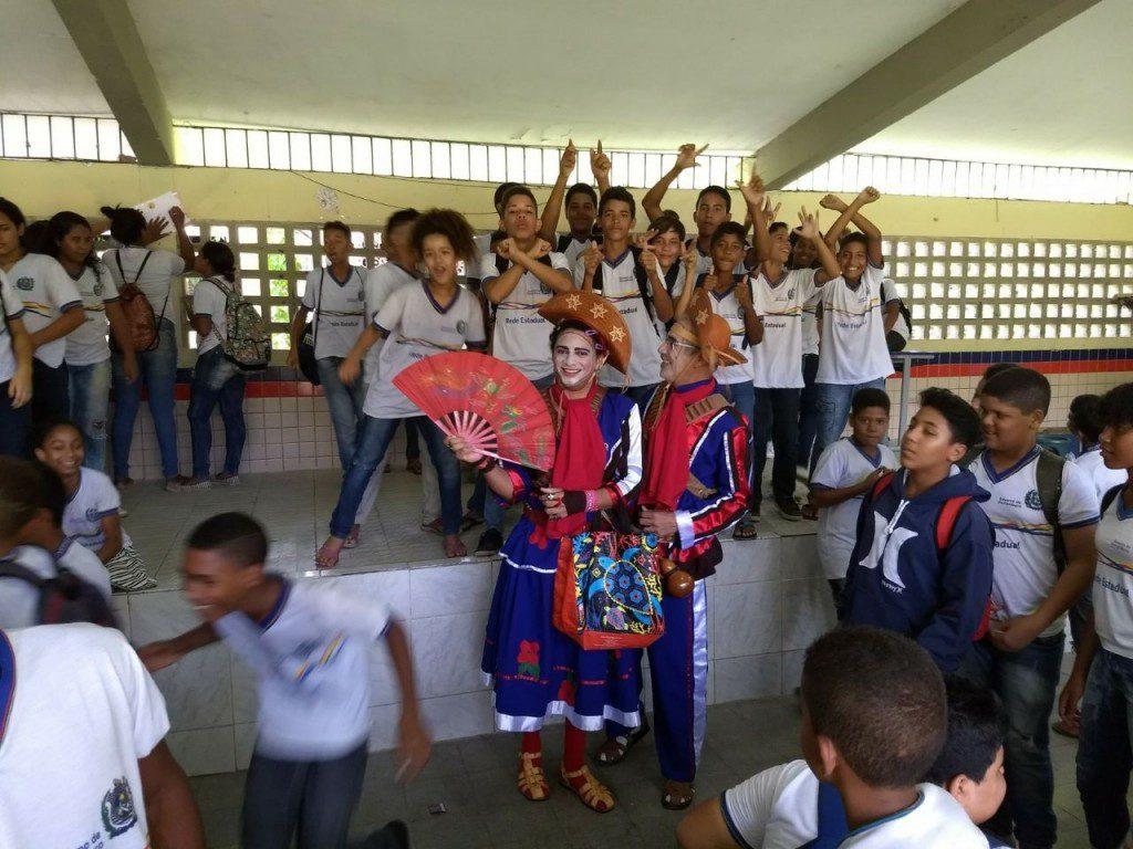 Atores caracterizados como Lampião e Maria Bonita levam conhecimento a estudantes