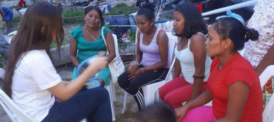 Bruna, do 'De Bem Com a Vida', orientando venezuelanas na rodoviária
